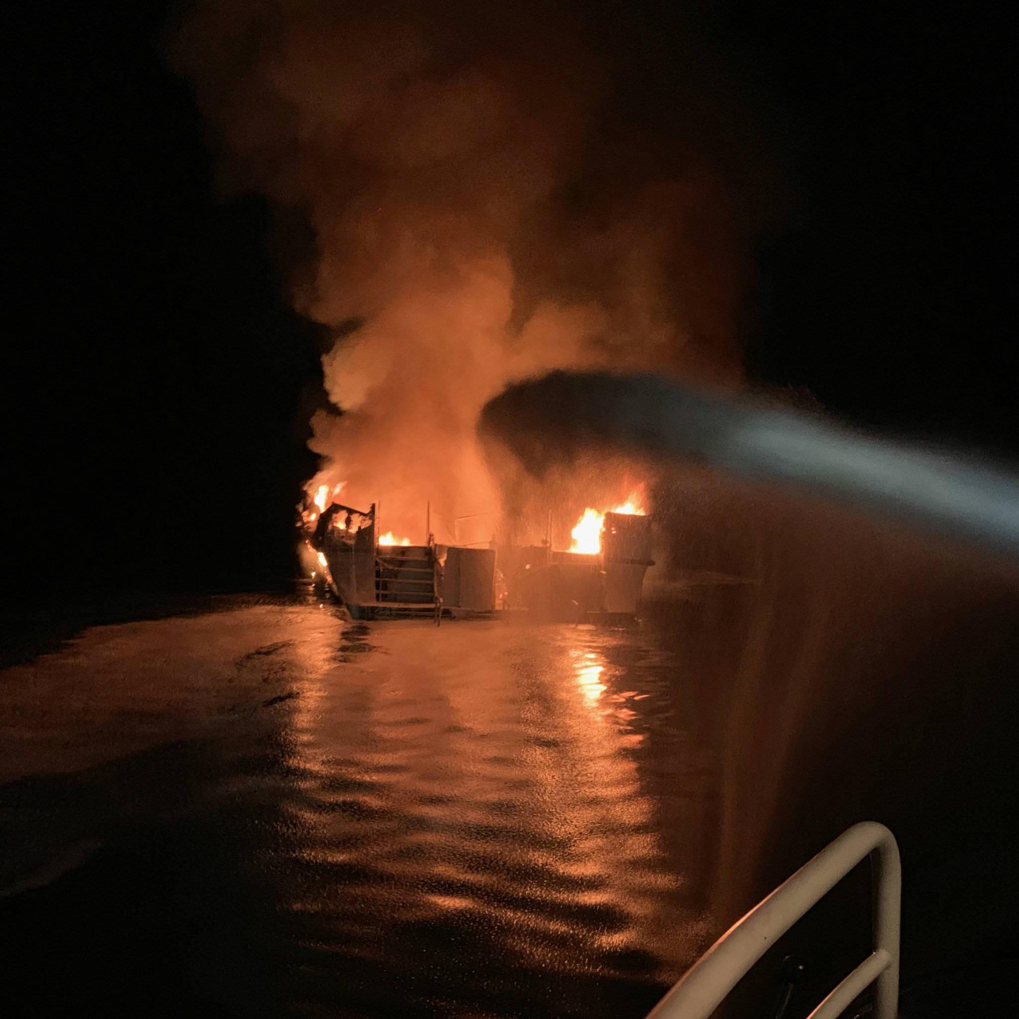 美国船只火灾是怎么回事?